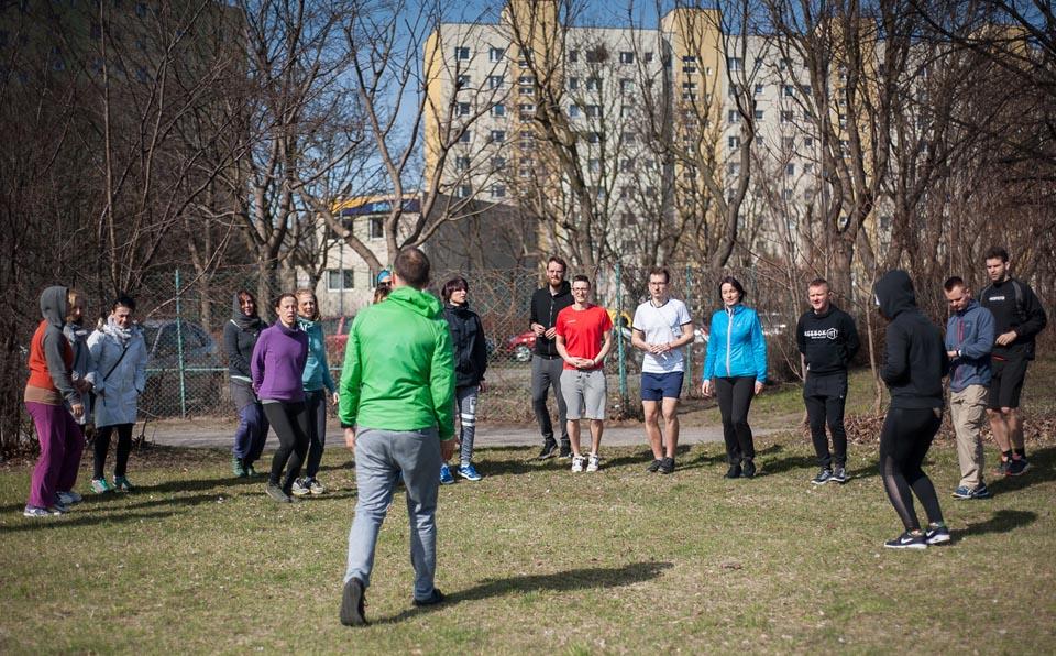 trening slow joggingu w mieście n podwórku blokowiska