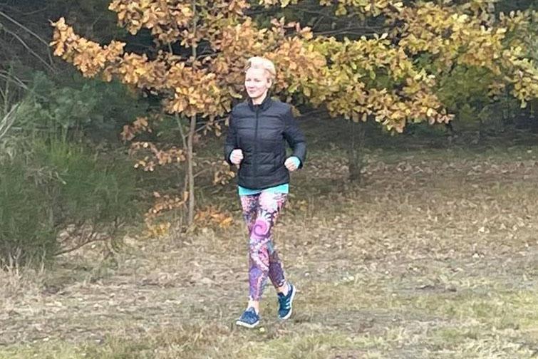 instruktorka slow joggingu Monika Wybranowska-Grzegorczyk truchtajaca w parku